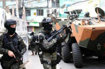 Policiais e militares fazem operação contra traficantes no Rio