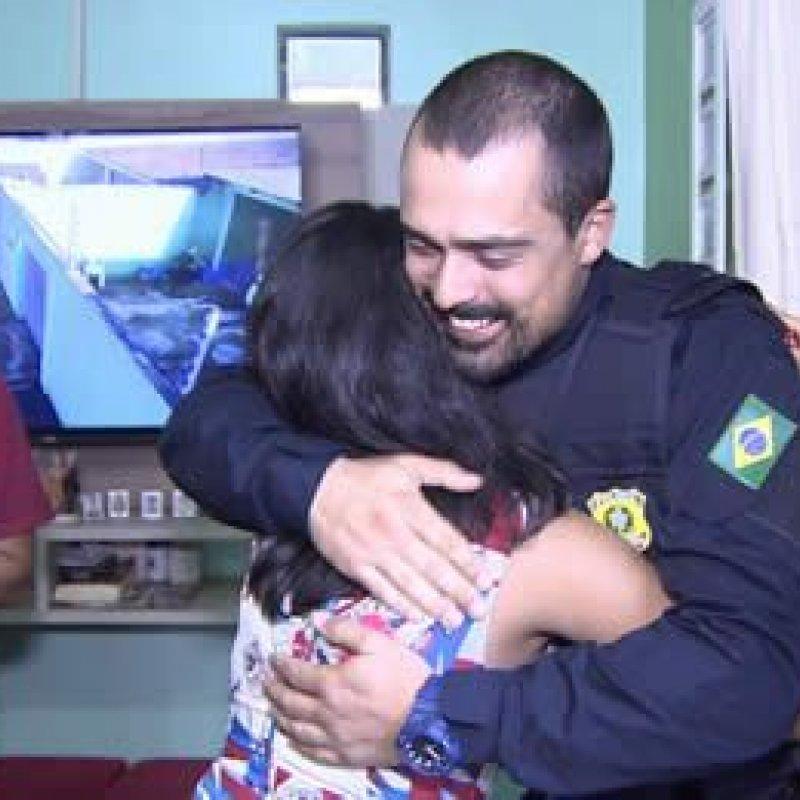 Policial salva bebê de engasgo por telefone e tem encontro emocionado com criança