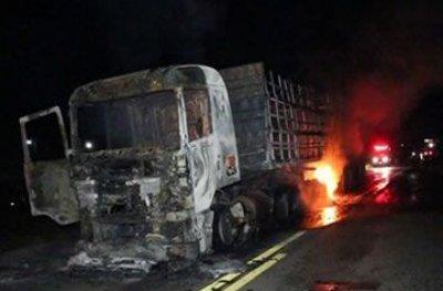 Motociclista morre esmagado por carreta na BR-364; veículos incendiaram