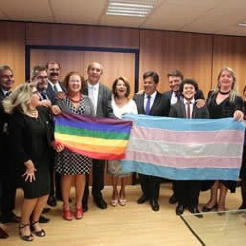 Lei permite que transexuais e travestis usem o nome social nas escolas do Brasil