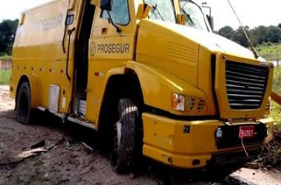 URGENTE: Quadrilha tenta roubar carro-forte na BR-319 durante intenso tiroteio