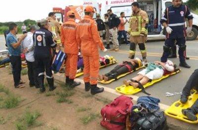Seis passageiros de micro-ônibus que tombou na BR-364 em RO tiveram traumatismo craniano