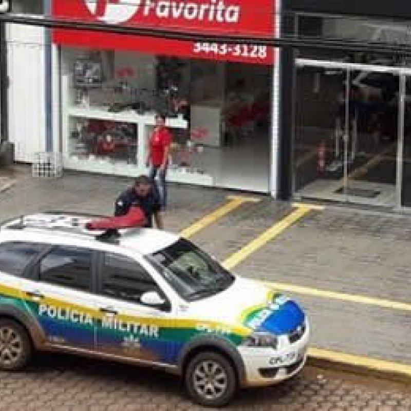 Viatura da PM estacionada em local proibido é multada por agentes de trânsito