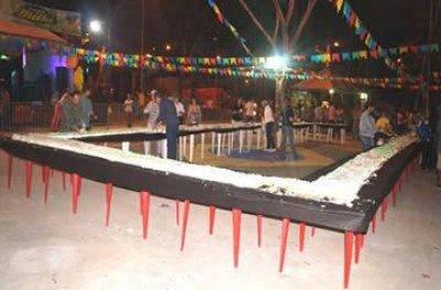 Bolo gigante marca 37° aniversário da Estância Turística de Ouro Preto do Oeste