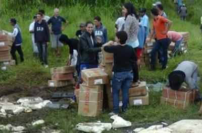 Carreta do Frigon com 27 toneladas de carne tomba, e carga é saqueada por 2 mil pessoas