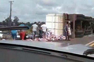 Vídeo: carreta carregada de cerveja tomba na BR-364 e populares saqueiam carga