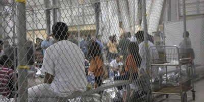 Separadas dos pais, crianças dormem em gaiolas e choram desesperadas
