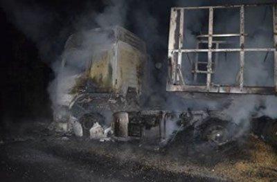Caminhão pega fogo na BR 364 e fica completamente destruído