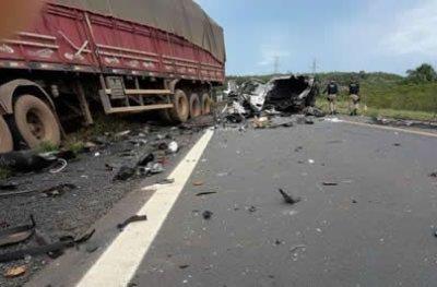 Colisão entre carretas deixa motorista ferido na BR 364
