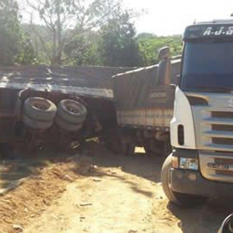 Carreta carregada com soja tomba e quase invade residência no perímetro urbano em Jaru