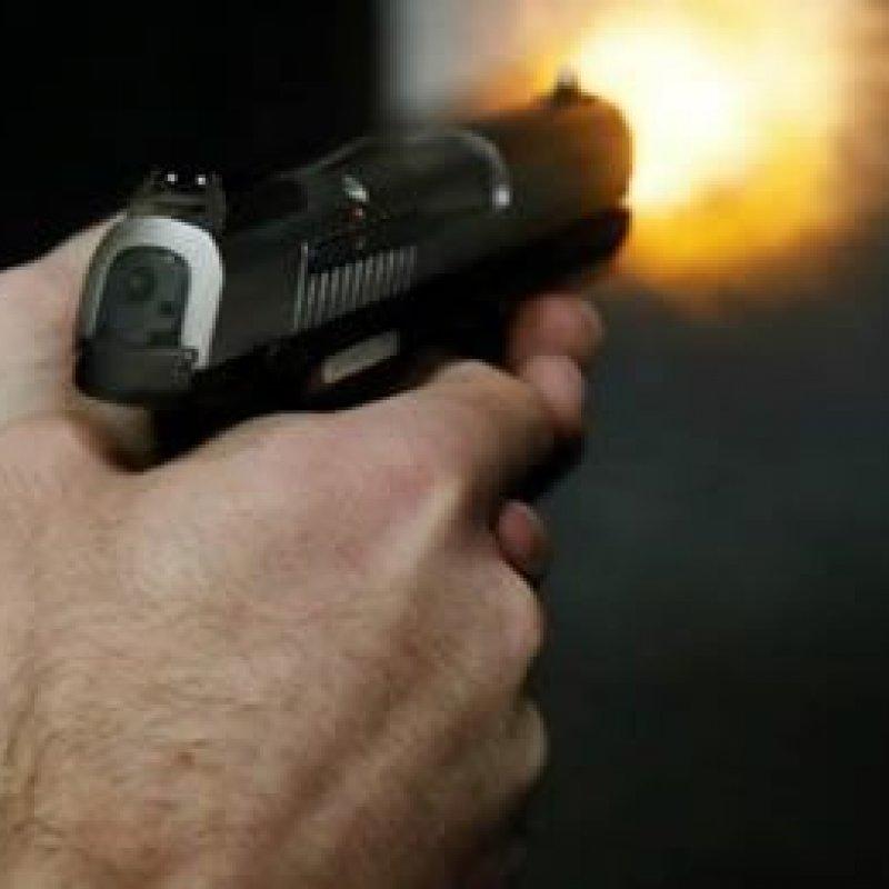 Garota leva tiro na coxa após arma de namorado policial disparar