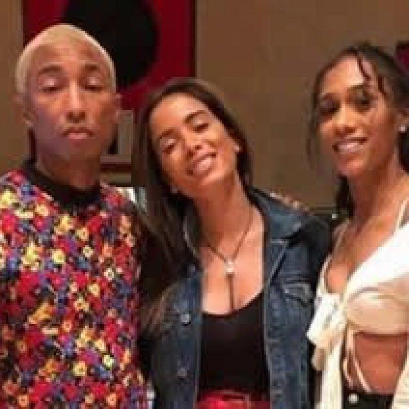 Anitta se diz emocionada ao posar ao lado de Pharrell