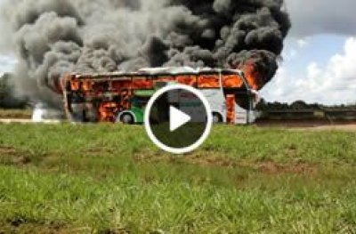 Fogo destrói ônibus da Eucatur na BR-364 em Rondônia