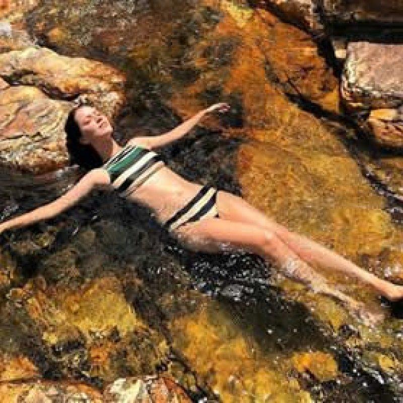 Nathalia Dill posa de biquíni em cenário paradisíaco