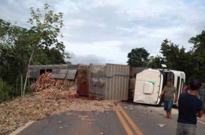 Motorista morre após carreta tombar na BR-364 entre Médici e Cacoal