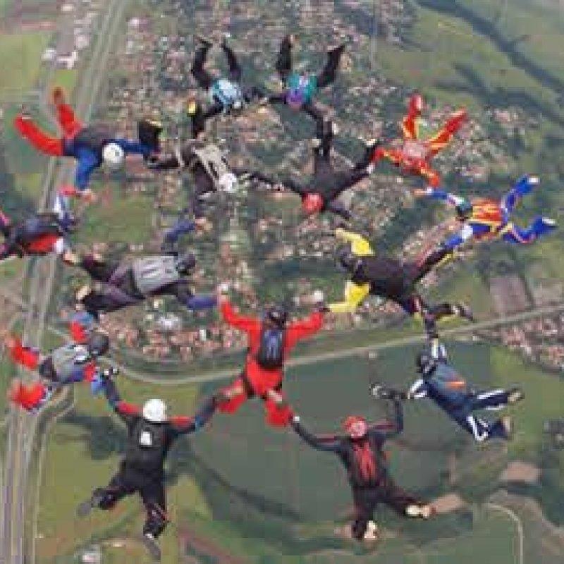 Paraquedistas de RO ajudam bater recorde de queda livre com 15 homens