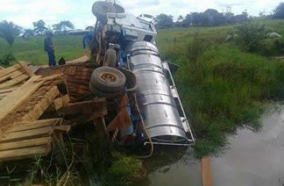 Caminhão carregado com leite tomba após ponte quebrar, na zona rural de Vale do Paraíso