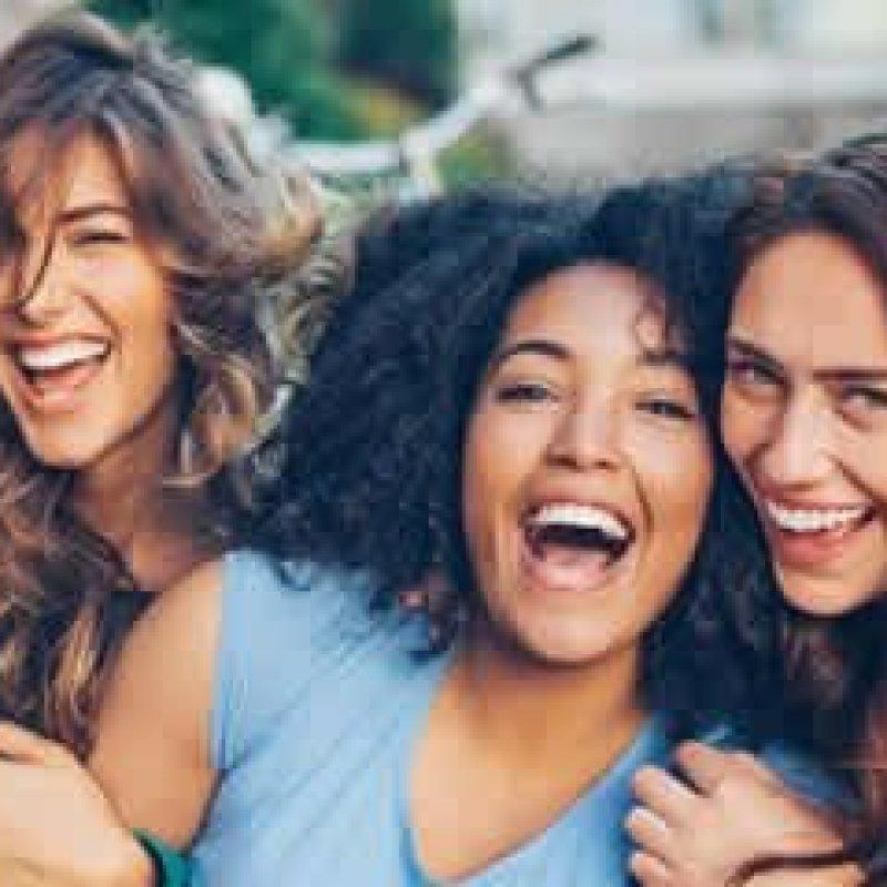 Amigos são mais importantes para saúde e bem-estar que família, diz estudo