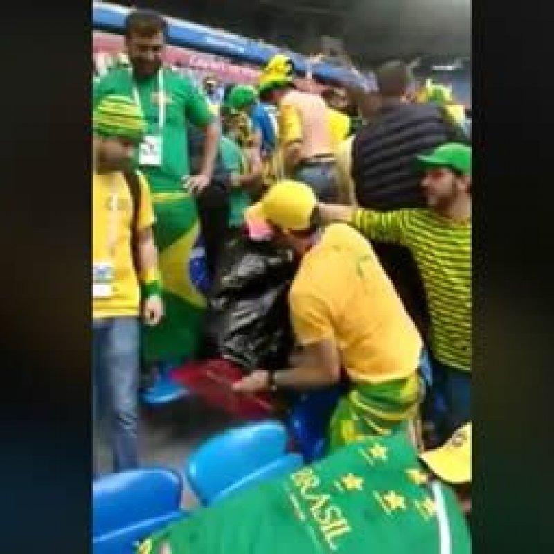 Brasileiros recolhem lixo em estádio após jogo da seleção: