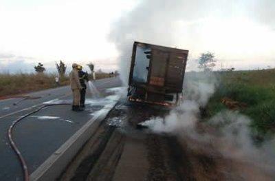 Incêndio em caminhão que transportava animais, interdita Br 364 em Ariquemes