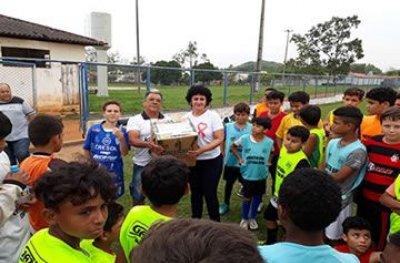 Escolinha de futebol de Ouro Preto do Oeste recebe material esportivo