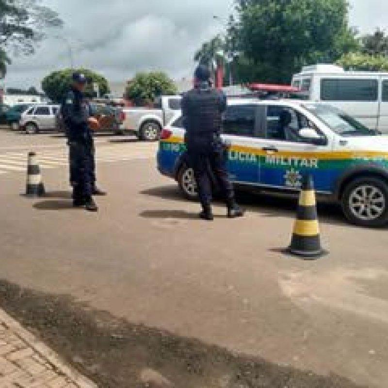 Ouro Preto: PM multa e reboca veículos estacionados em faixa de pedestres