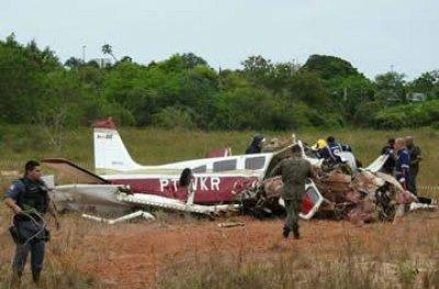 Avião de pequeno porte cai em terreno perto de avenida em Manaus