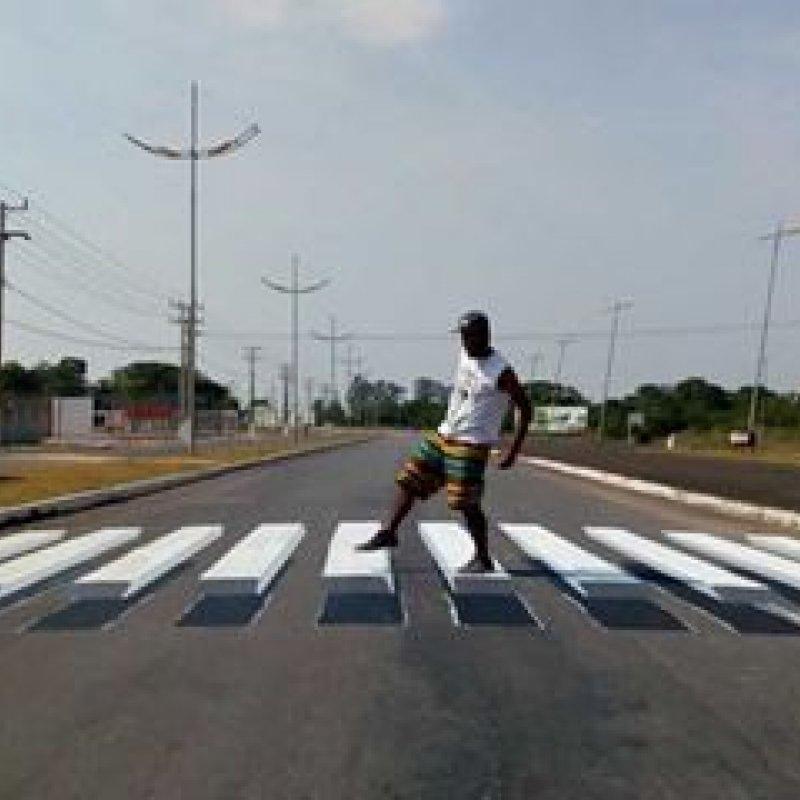 Grafiteiros pintam faixas de pedestres em 3D para 'forçar' parada de motoristas em cidade de MT