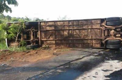 Ônibus com 32 passageiros tomba na BR-364