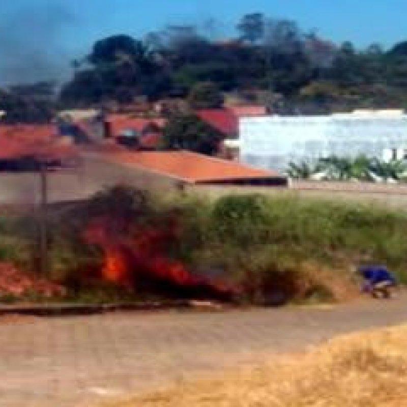 Ouro Preto: funcionário da prefeitura é flagrado ateando fogo em terreno