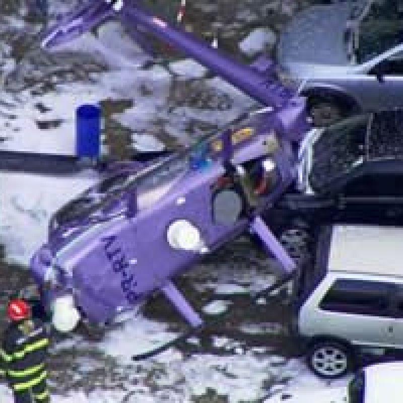 Helicóptero cai em estacionamento de emissora de TV em Osasco