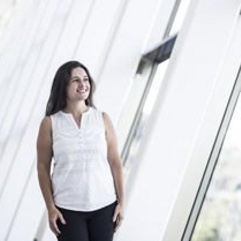 Brasileira recebe prêmio para mulheres cientistas na França