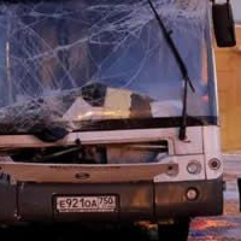 Ônibus invade calçada, atropela e mata pelo menos 5 pessoas em Moscou