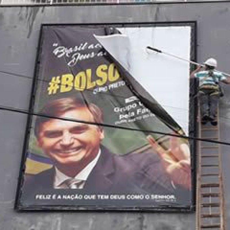Ouro Preto: após varias notificações, dono de prédio retira banner de Bolsonaro