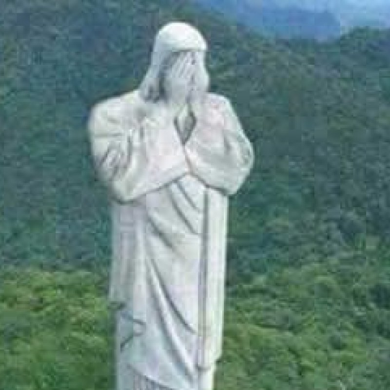 Cristo Redentor de braços abertos e o Brasil com o pé atrás.