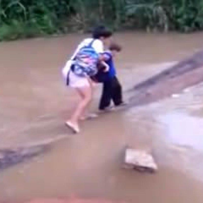 Para ir à escola, crianças se arriscam em travessia de ponte caída, em Ouro Preto