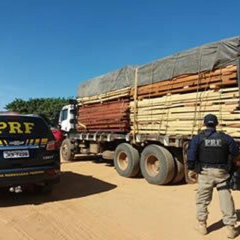 PRF apreende caminhão com madeira irregular na BR 364, em Ariquemes