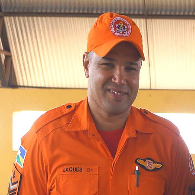 Sargento BM Jaques ensina primeiros socorros à idosos