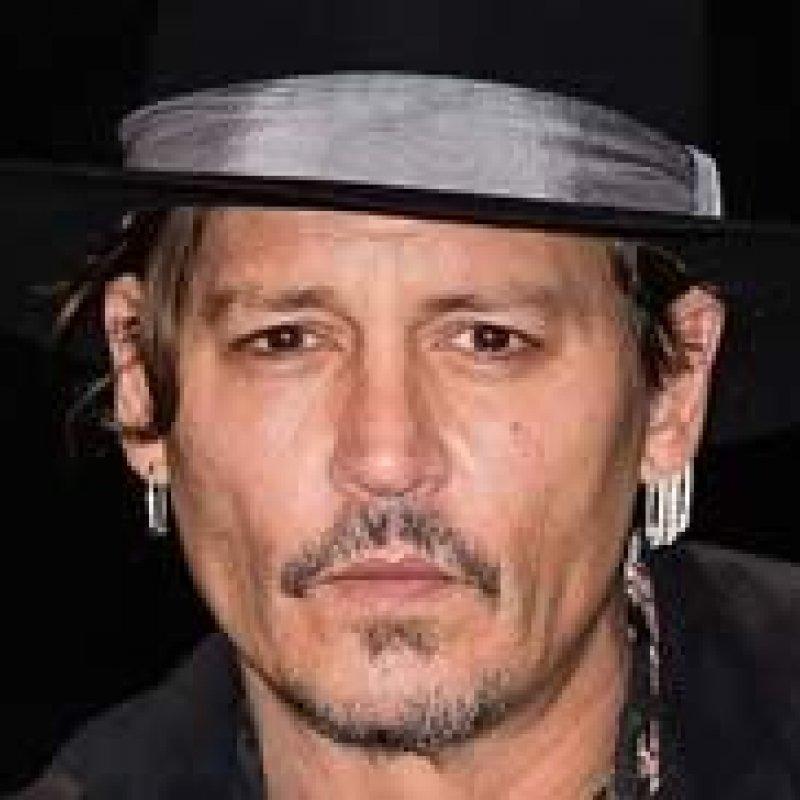 """Johnny Depp """"foge"""" para Sérvia e é flagrado com modelos"""