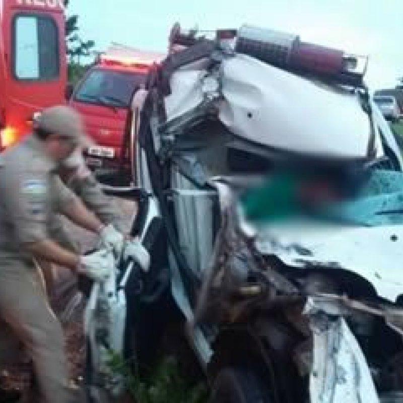 Ambulância de Cacoal fica destruída em acidente na BR 364, em Ji-Paraná