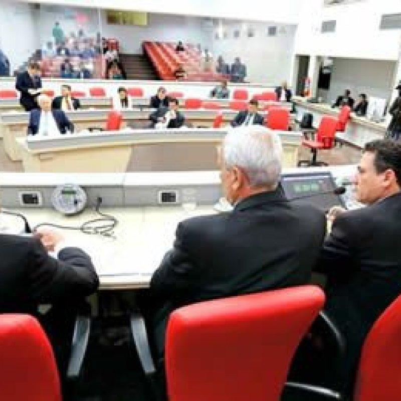 Deputados prometem trancar pauta de votação até o governo decida sobre greve dos professores