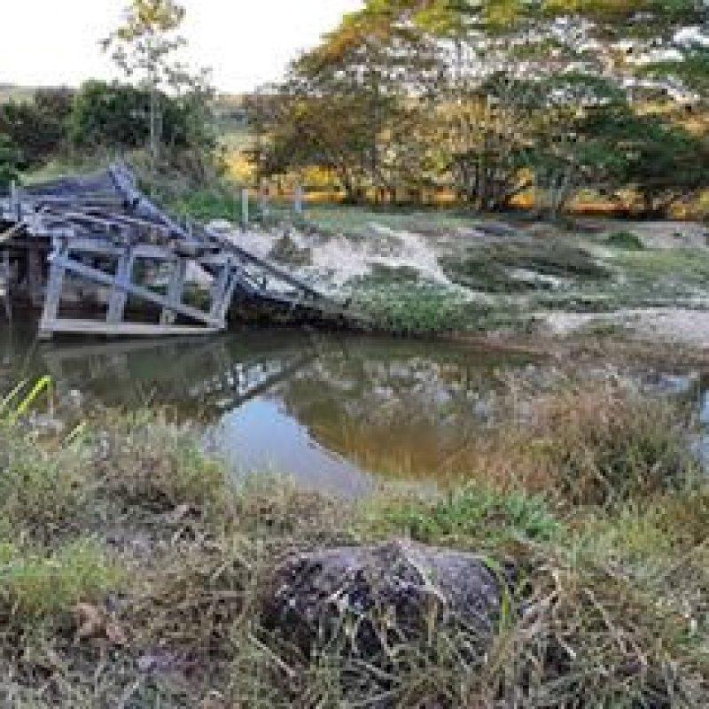 Ponte caída há mais de 4 anos prejudica moradores de zona rural de Ouro Preto