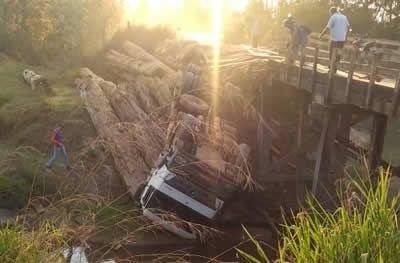 Caminhão carregado de tora cai em ponte no interior do distrito de Tarilândia em Jaru