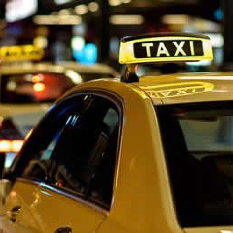 Taxista busca passageiros em boate e os mesmos tentam roubar seu dinheiro e veículo