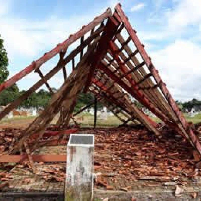 Capela de cemitério em Ouro Preto do Oeste desaba por falta de manutenção