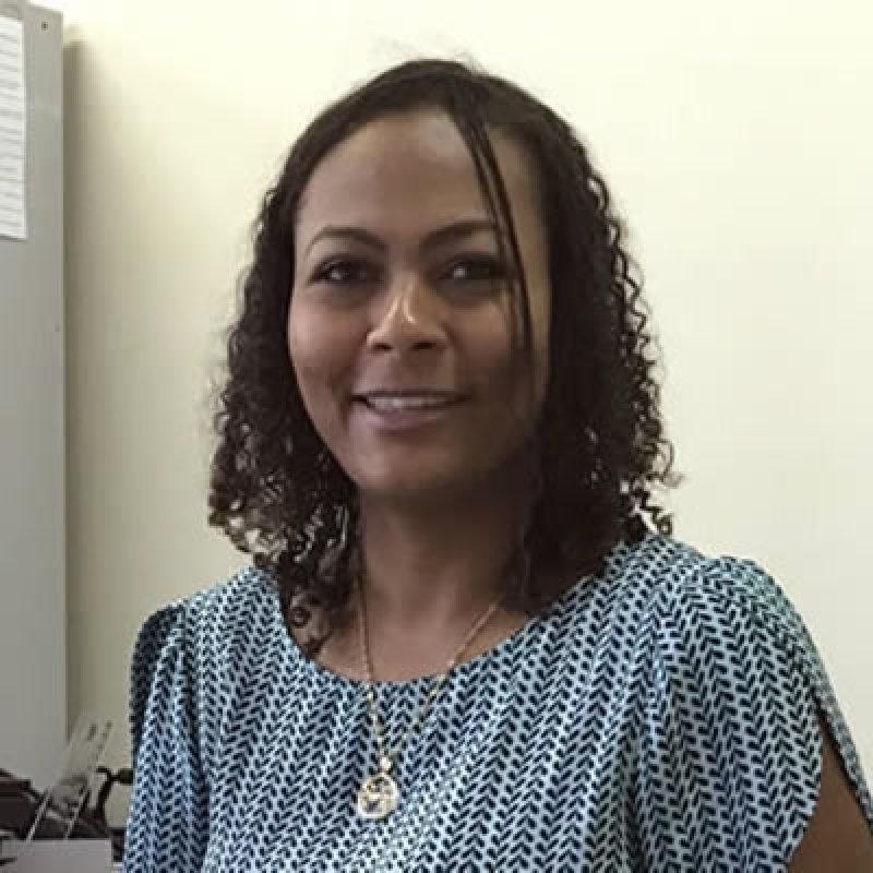 A coordenadora Josimária fala sobre a construção das salas dos autistas