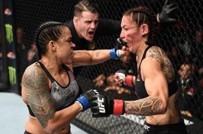 Amanda Nunes nocauteia Cris Cyborg em 51s e é a primeira campeã dupla do UFC