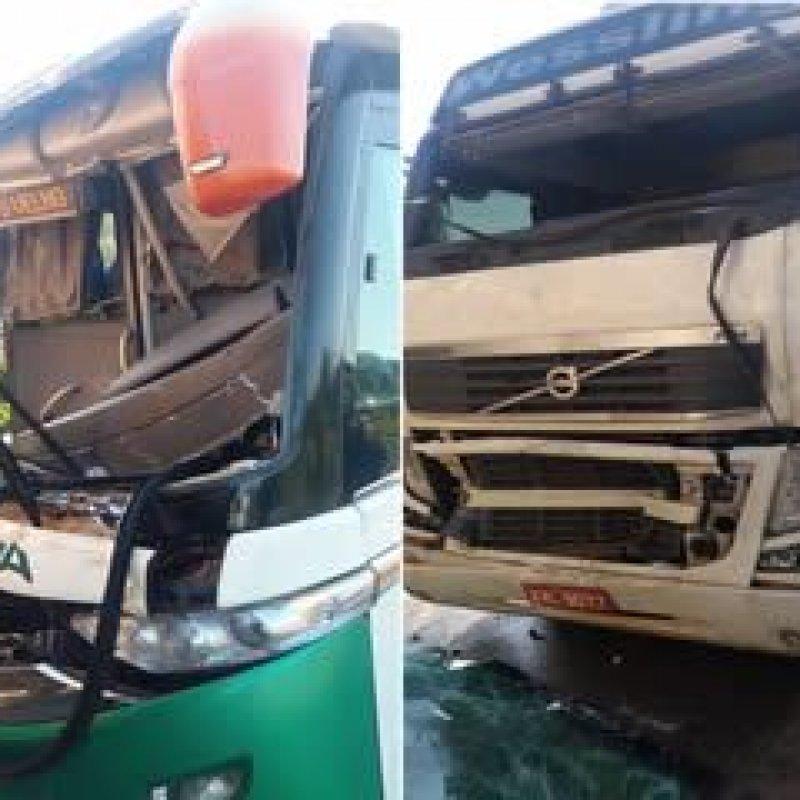 Ariquemes: motorista de ônibus fica preso às ferragens após engavetamento na BR-364